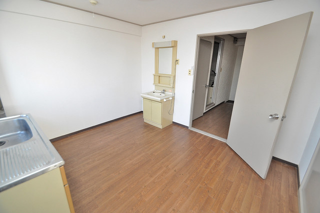 中村マンション 広めのリビングはゆったりくつろげる癒しの空間です。
