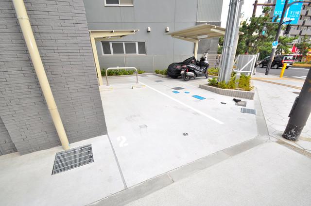 エスリード大阪上本町ブランシュ 敷地内には駐車場があり安心ですね。