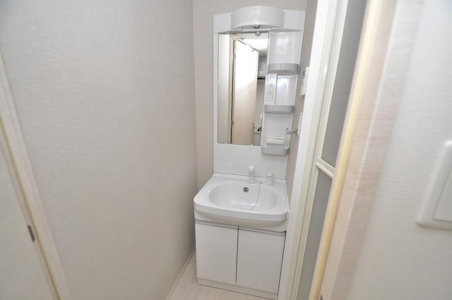 サムティ大阪GRAND EAST 独立した洗面所には洗濯機置場もあり、脱衣場も広めです。