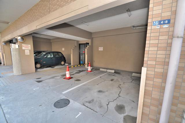フォレステージュ長瀬 敷地内にある駐車場。愛車が目の届く所に置けると安心ですよね。