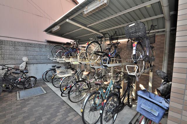 グランシャトレー DAIWA 屋根付きの駐輪場は大切な自転車を雨から守ってくれます。