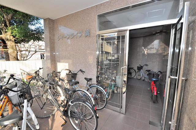 クイーンライフ巽 エントランスには自転車を置くスペースもありますよ。