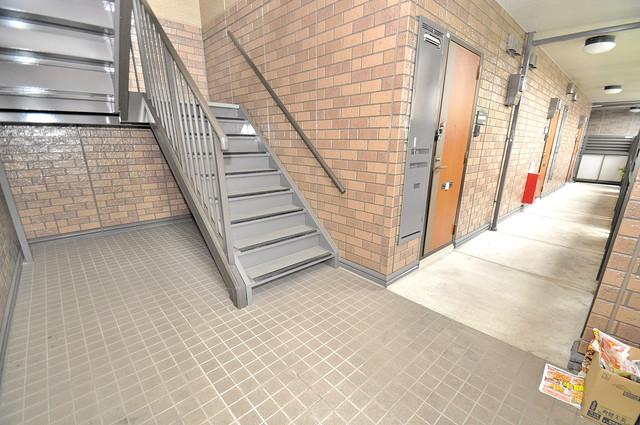 カーサ・エクレール A棟 玄関まで伸びる廊下がきれいに片づけられています。