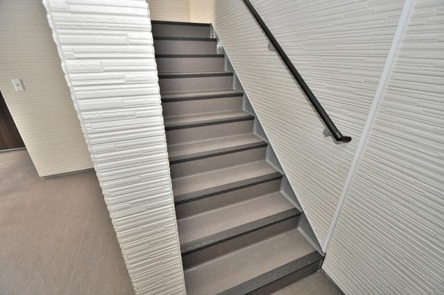E maison 巽東 2階に伸びていく階段。この建物にはなくてはならないものです。