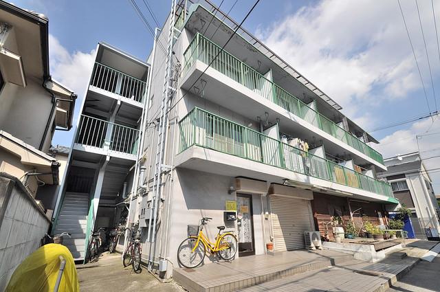 八戸ノ里グリーンハイツ シックな色合いで落ち着いた雰囲気のマンションです。