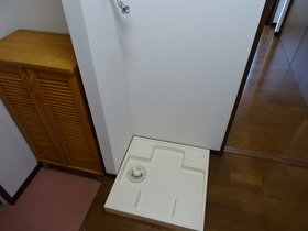 https://image.rentersnet.jp/9972c779c79ddfb091890a6d937d1819_property_picture_2418_large.jpg_cap_洗濯機置き場