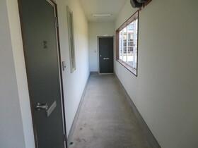 https://image.rentersnet.jp/9a070e55-bd94-4f19-8cd3-061e38e6ba4e_property_picture_959_large.jpg_cap_1階共用部廊下。窓があり明るいです!