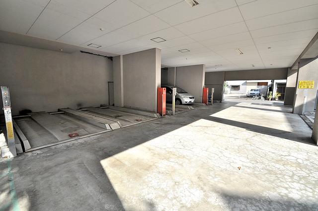 エレガンス川上 屋根付き駐車場は大切な愛車を雨風から守ってくれます。