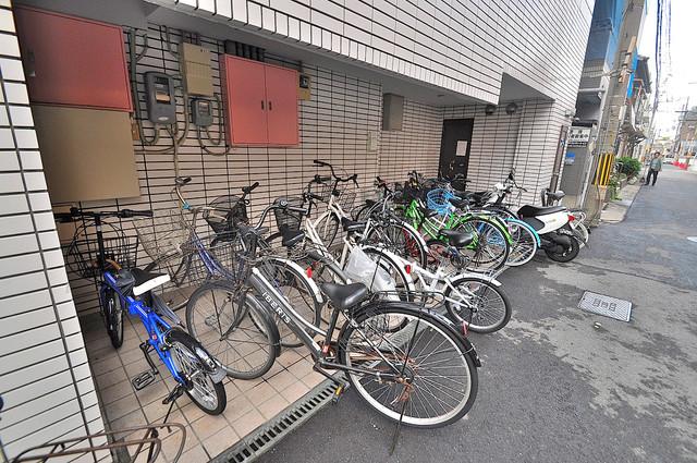 ランド雅 敷地内には専用の駐輪スペースもあります。