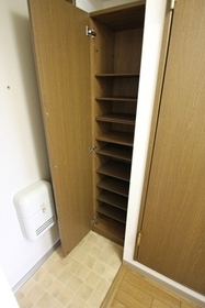 玄関には縦型の下駄箱あり。