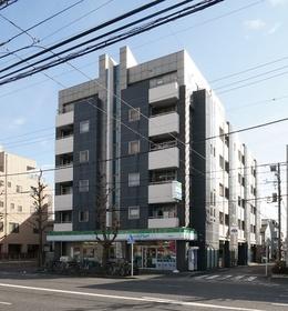 道路沿いに立地するマンションです。
