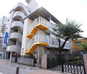 アクセントのある黄色の階段が目を引きます。