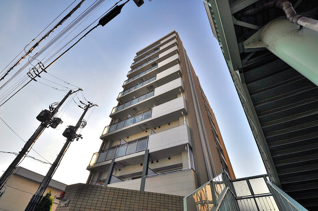 CASSIA高井田SouthCourt オシャレな外観。この周辺では飛びぬけて目立っています。