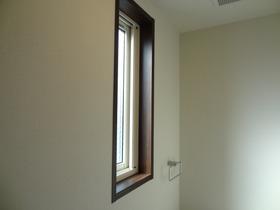 https://image.rentersnet.jp/9b845436a553580b65290e6b7aa902e6_property_picture_1992_large.jpg_cap_大きめの窓で明るさ十分!