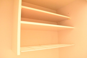 https://image.rentersnet.jp/9b87db75-b91f-48ce-8471-487cb8634ad1_property_picture_953_large.jpg_cap_キッチンに食器などを置けるラックがあります。