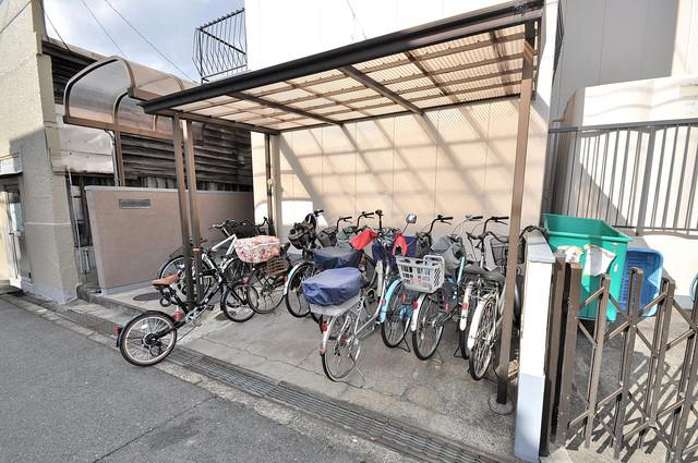 グリーンハイツ竜田 屋根付きの駐輪場は大切な自転車を雨から守ってくれます。