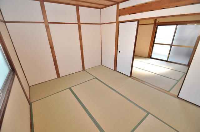 御厨栄町2丁目貸家 6帖の和室が2間あるので、とてもゆったりとしていますよ。
