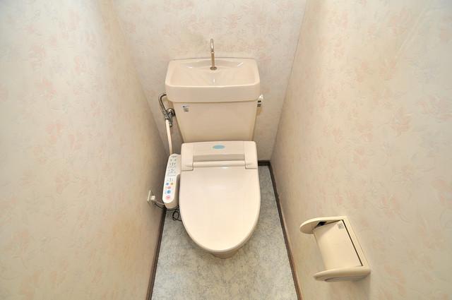 長栄寺8-24 貸家 広いトイレはウォシュレット完備で、収納も充実しています。