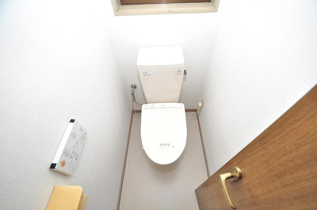 荒川貸家B 清潔感のある爽やかなトイレ。誰もがリラックスできる空間です。