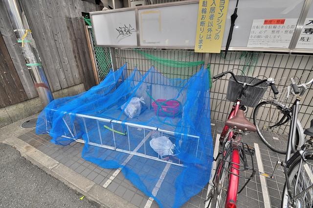 サニーハイム小若江 敷地内に有り、時間を気にせず出せるごみ置き場。