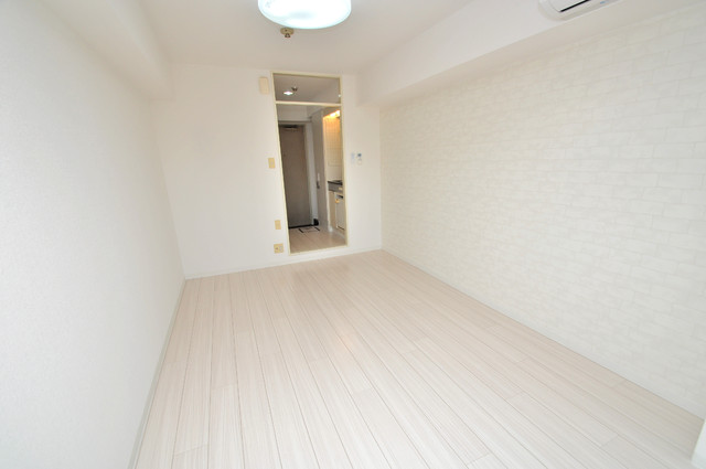 サンパレス布施 白を基調としたリビングはお部屋の中がとても明るいですよ。