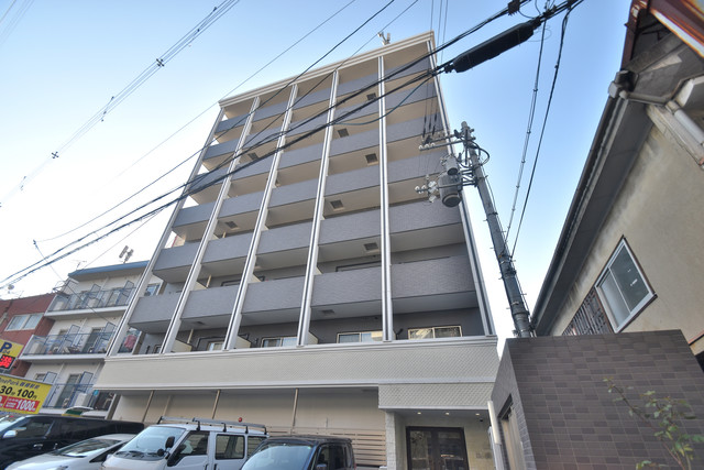 U-ro鶴橋駅前 オシャレな外観。この周辺では飛びぬけて目立っています。