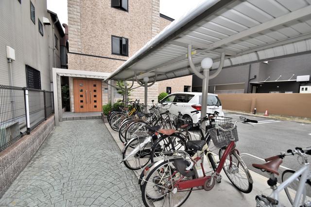 アルム久宝寺 敷地内にある専用の駐輪場。雨の日にはうれしい屋根つきです。