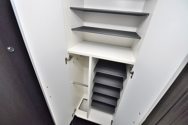 プレシオ小阪 明るい玄関には大きめのシューズボックスがありますよ。
