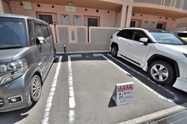 セレンディピティO・V 敷地内には駐車場があり安心ですね。