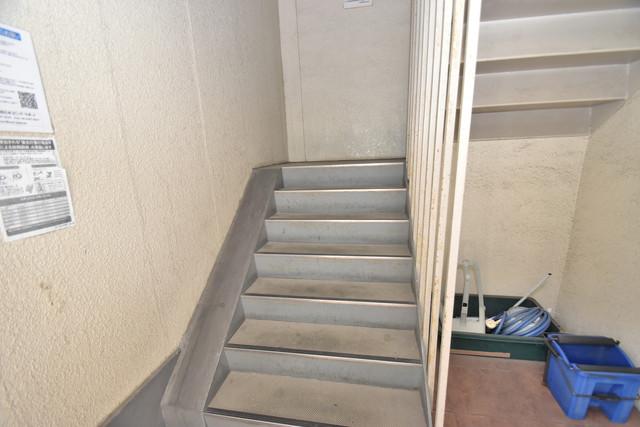 タナックマンション 2階に伸びていく階段。この建物にはなくてはならないものです。