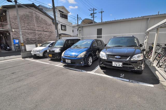 エスティームⅡ番館 敷地内にある駐車場。愛車が目の届く所に置けると安心ですよね。