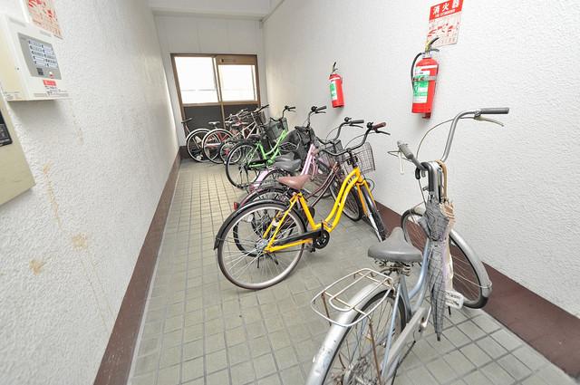 ニッコーハイツ俊徳 敷地内にある専用の駐輪場。雨の日にはうれしい屋根つきです。