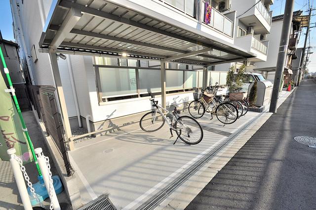 Fmaison verdeⅡ(エフ メゾン ベルデ) 1階には駐車場があります。屋根付きは嬉しいですね。