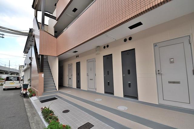 ベストハイツ 玄関まで伸びる廊下がきれいに片づけられています。