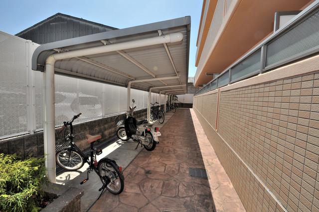 セレンディピティO・V 敷地内にある専用の駐輪場。雨の日にはうれしい屋根つきです。