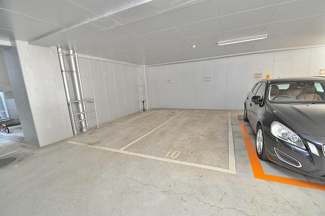 ウィステリア今里 1階には駐車場があります。屋根付きは嬉しいですね。