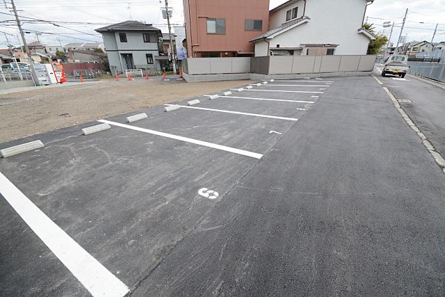 マンションの目の前に駐車場あります