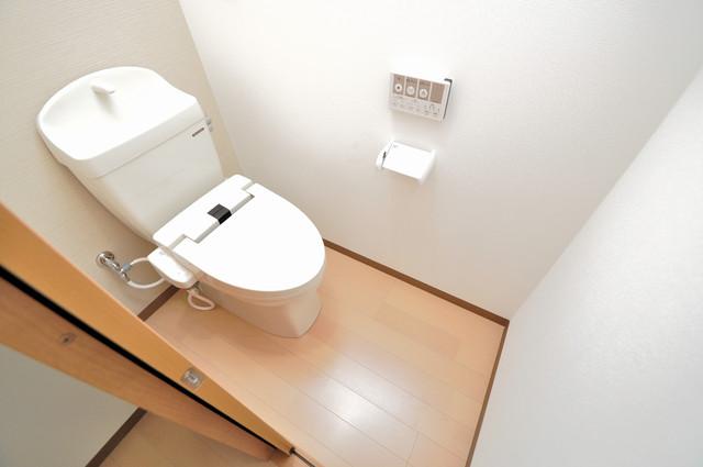 レクラン小路東 広いトイレはウォシュレット完備で、収納も充実しています。