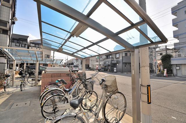 エムズコンフォート 屋根付きの駐輪場は大切な自転車を雨から守ってくれます。