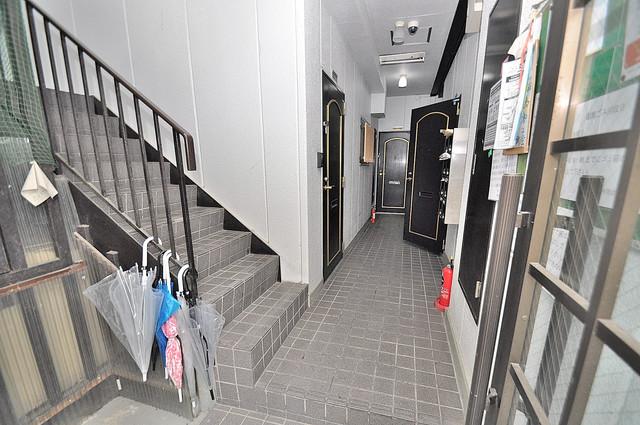 マイプラザ田島 玄関まで伸びる廊下がきれいに片づけられています。