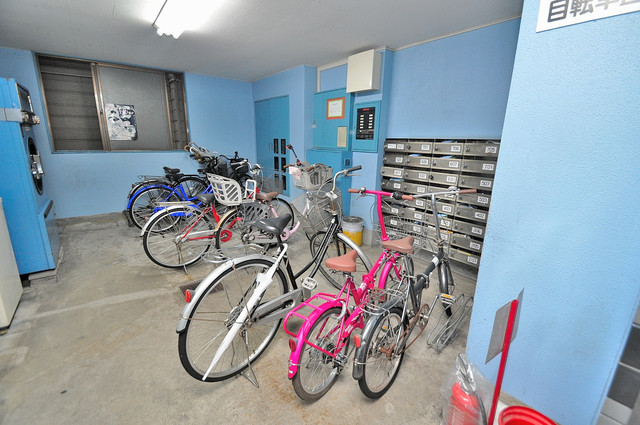 グローリア高井田 屋内にある駐輪場は大切な自転車を雨から守ってくれます。