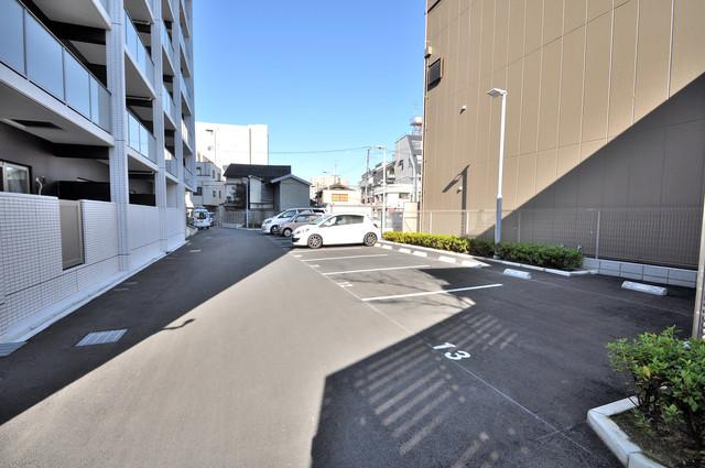 オリーブスクエア 敷地内にある駐車場。愛車が目の届く所に置けると安心ですよね。