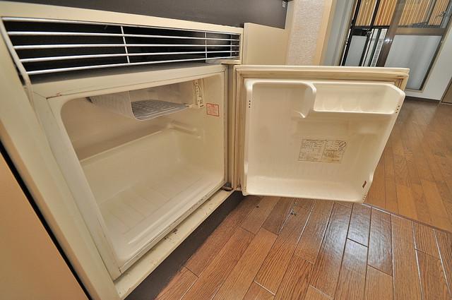 東大阪市小若江3丁目の賃貸マンション キッチンの下にはかわいいミニ冷蔵庫付きです。得した気分です