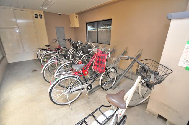 サンピリア小阪 1階には駐輪場があります。屋内なので、雨の日も安心ですね。