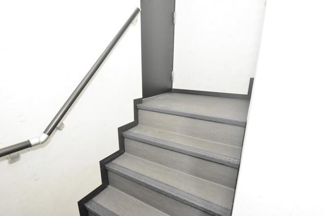ノイヴェル小路 この階段を登った先にあなたの新生活が待っていますよ。