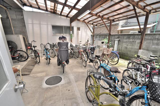 サンライフ小阪 敷地内にある専用の駐輪場。雨の日にはうれしい屋根つきです。