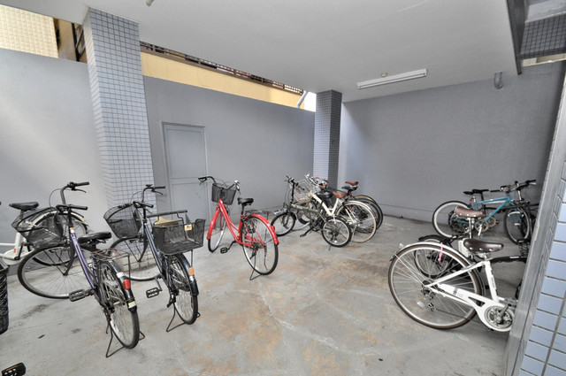 ゴッドフィールドⅢ 1階には駐輪場があります。屋内なので、雨の日も安心ですね。