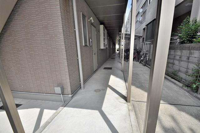 ベルリード加美北A棟 玄関まで伸びる廊下がきれいに片づけられています。