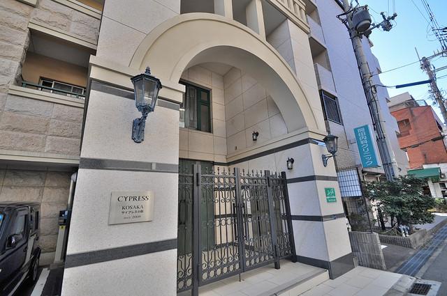サイプレス小阪駅前 お城の入口のようなカッコいい門が出迎えてくれます。