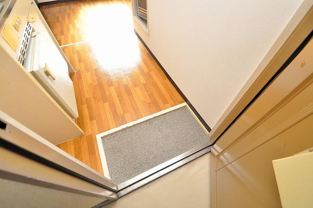 YOUハイム寿Ⅱ番館 玄関に入るとリビングから一直線、明るい光が差し込みます。